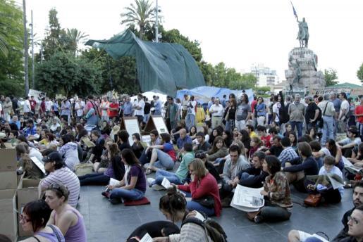 Imagen tomada en mayo del año pasado durante una de las sentadas que miembros del movimiento 15-M celebraron en la Plaça d'Espanya de Palma.