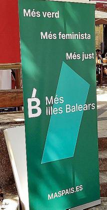 El 'roll up' que Más País utilizó en la Fira Dolça de Esporles y que Més per Mallorca impugnó.