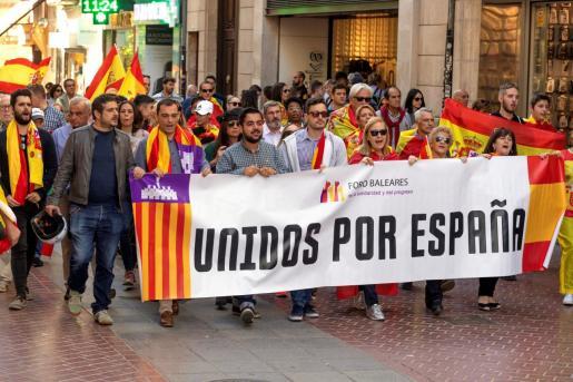 Vista de la manifestación a favor de las fuerzas y cuerpos de seguridad del Estado desplegados en Cataluña, convocada por Foro Baleares de la Solidaridad y el Progreso, este sábado en la Plaza de Cort de Palma.