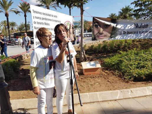 La abuela y la madre de Malén Ortiz, este domingo en un acto en recuerdo de la joven por su 21 cumpleaños.