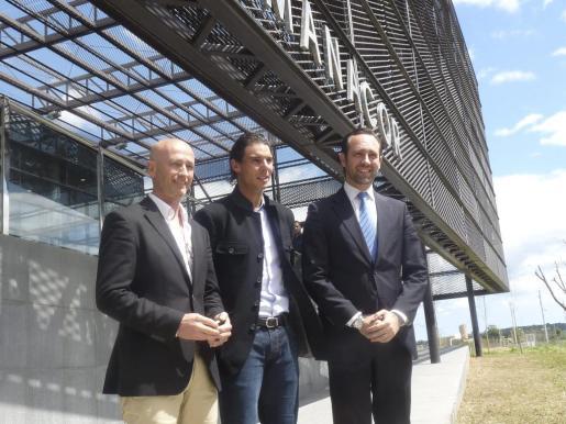 De izquierda a derecha, el alcalde de Mancor, Toni Pastor, el tenista Rafa Nadal y el president del Govern, José Ramón Bauzá.