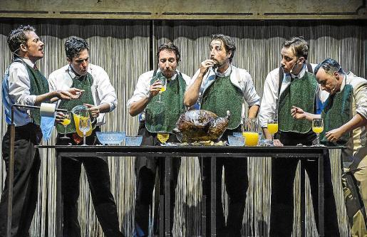 Los seis actores interpretan a 120 personajes en tres horas.
