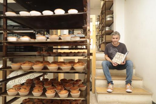 Joan Seguí, en las escaleras del obrador del Forn Santfrancesc con el libro que se pondrá a la venta próximamente y que será presentado en la librería Espirafocs de Inca el 7 de noviembre.