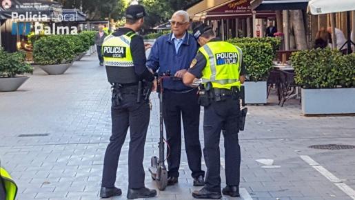 Efectivos de la Policia Comunitaria están presentes en las calles informando a los ciudadanos que utilizan los llamados vehículos de movilidad personal (VMP). De momento son solo acciones informativas sobre las infracciones, que en cuestión de pocos días se denunciarán.