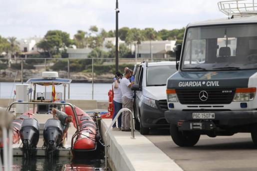 Guardia Civil y servicios sanitarios tras el traslado del cuerpo a Cala d'Or.