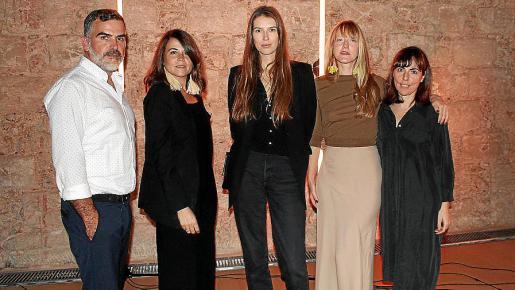 Jurado del certamen de Moda: el diseñador Sebastián Pons; la comunicadora de moda Tania Baides; Georgina Ordinas, representante de la EDIB; la diseñadora de joyas y estilista Claire O'Keefe; y la diseñadora Margarita Payeras.