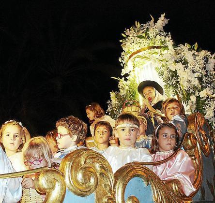 La Beata y sus 'angelets' recorrieron las calles de Palma en el Carro Triomfal.
