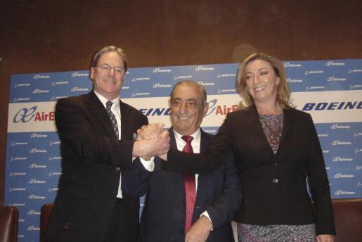 El presidente de Air Europa, Juan José Hidalgo (centro), y su hija, María José, junto al vicepresidente de ventas para Europa de Boeing, Todd Nelp (izq.).