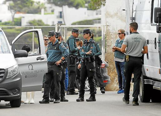 Los agentes de la Guardia Civil que trasladaron este martes el cuerpo hallado sin vida en aguas de Cala Serena.