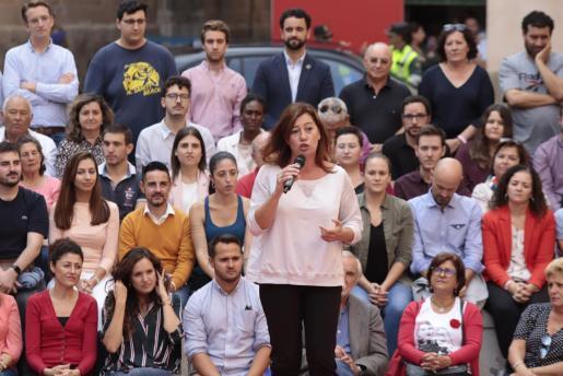 La presidenta del Govern, Francina Armengol, en un acto electoral del PSOE, junto a Pedro Sánchez, en Palma.