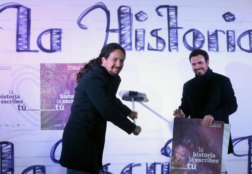 Pablo Iglesias y Alberto Garzón durante la pegada de carteles en las elecciones generales del pasado 28 de abril.