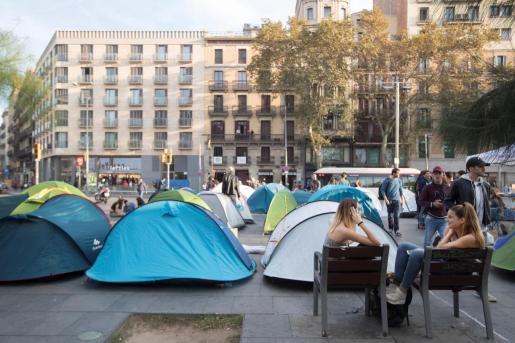 Varias decenas de estudiantes que se autodenominan 'la generación 14 de octubre' han plantado 50 tiendas de campaña en la plaza Universitat de Barcelona.
