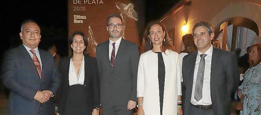 Manuel Ambriz, de Vueling; Inma Benito; el alcalde de Palma, José Hila, Pilar Ferrer y Pedro Rullán.