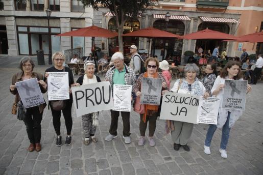 Momento de la concentración en la plaza de Cort de Palma en protesta por la gestión en la residencia la Bonanova.