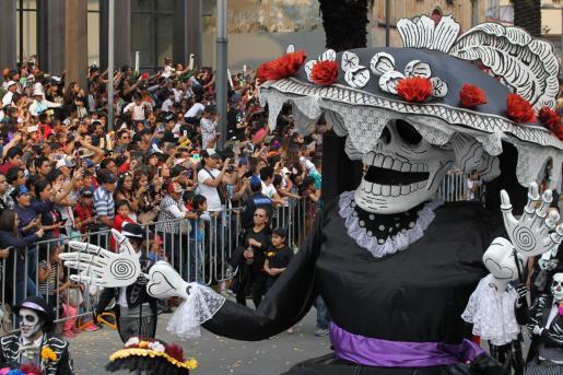 Cientos de personas participan en el tradicional desfile internacional del Día de Muertos en Ciudad de México.