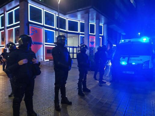 La sede de Cs en Barcelona protegida por antidisturbios.