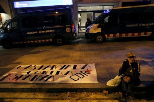 Miembros de los Mossos d´Esquadra frente a la sede del Partido Pouplar, este miércoles en Barcelona, durante la concentración convocada por los CDR.