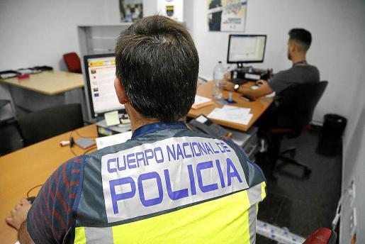 Agentes del Cuerpo Nacional de Policía trabajan en la investigación de los hechos.