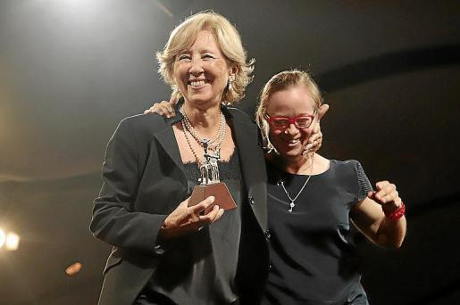 Montse Fuster recibió el Siurell de manos de su hija Lourdes.