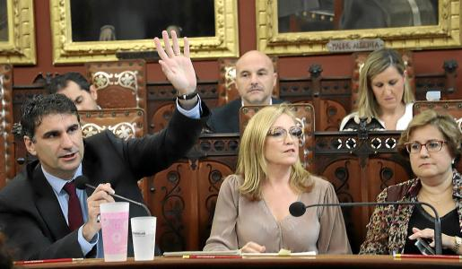 El concejal del PP Julio Martínez, en una intervención, junto al resto de ediles 'populares'.