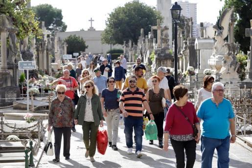 Miles de personas acuden al cementerio de Palma con motivo del día de Tots Sants.