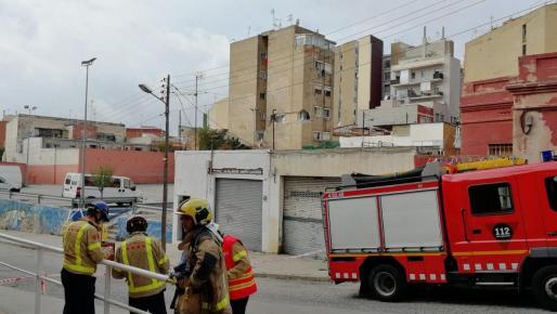 Los bomberos actuando en el edificio deteriorado.