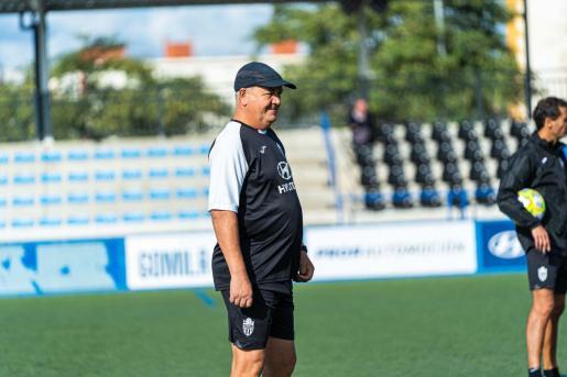 El técnico del Atlético Baleares, Manix Mandiola, sigue las evoluciones del entrenamiento del equipo en Son Malferit.