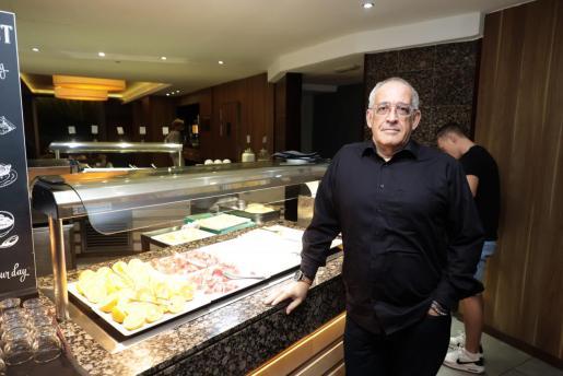 Josep Moré junto al buffet de desayuno de un hotel..