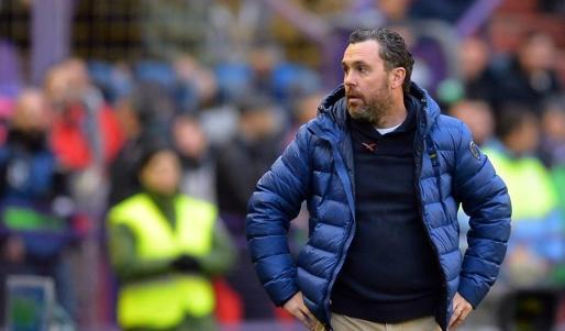 El entrenador del Valladolid, Sergio González, observa un partido de su equipo.