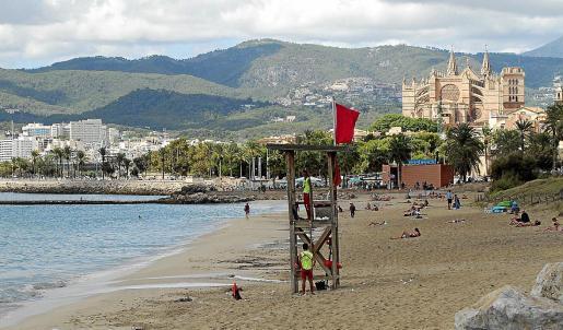 Los vertidos y el cierre de playas como la de Can Pere Antoni son habituales tras las tormentas.