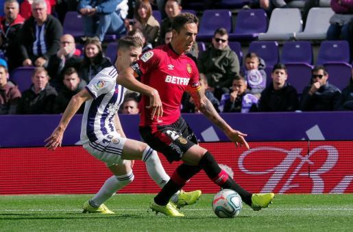 El defensor del RCD Mallorca Antonio José Raíllo (d), disputa el balón con el centrocampista del Real Valladolid Antonio Villa (i).