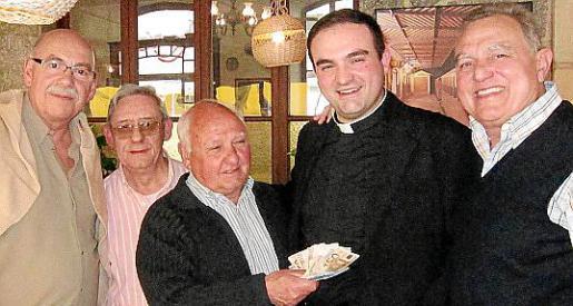 Cristóbal Sbert, Juan Blanco, Joan Oliver, Jaume Mercant Simó y Vicens Sastre en la entrega del donativo a la parroquia de Sóller.
