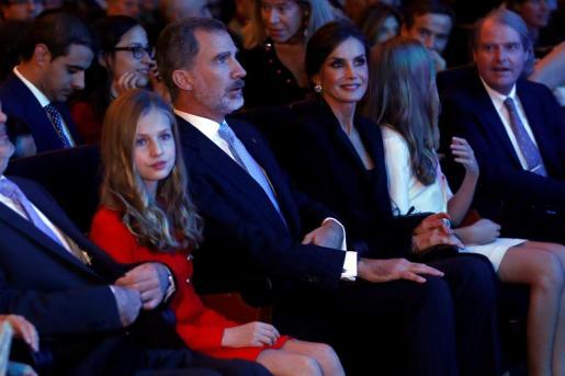 Los reyes, Felipe VI, y doña Letizia, la princesa Leonor y la infanta Sofía, al inicio del acto de entrega de los Premios Princesa de Girona.