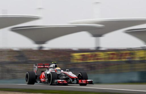 El piloto británico Lewis Hamilton, de McLaren Mercedes, conduce su monoplaza durante la segunda sesión de entrenamientos para el Gran Premio de Fórmula Uno de China.