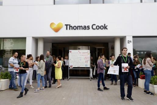 Protesta de un grupo de trabajadores frente a las oficinas de Thomas Cook