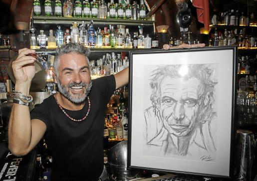 El barman Rodolfo Zerga posa en el bar Atlántico con una de sus creaciones artísticas.