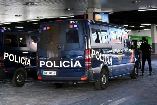 Después de arrestarlos, los agentes trasladaron a los presuntos autores al hospital.