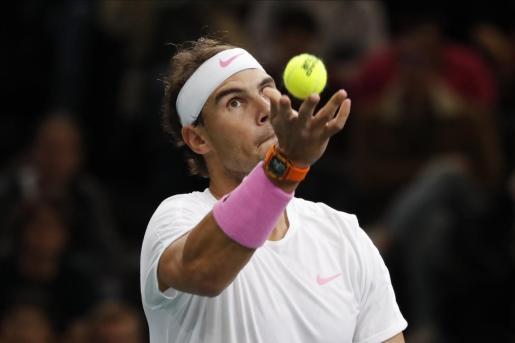Imagen de Rafael Nadal sirviendo durante su reciente participación en el Masters 1.000 de París.