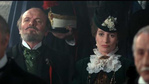 Omero Antonutti junto a Assumpta Serna en 'El maestro de esgrima'.