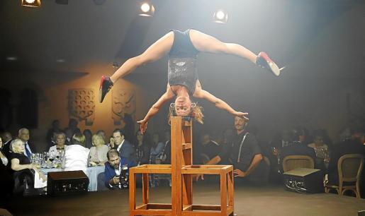 Una de las integrantes del Circ Bover durante un número de equilibrio sobre sillas en el que demostró su gran destreza.