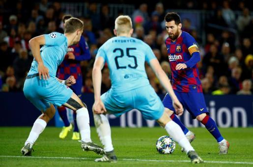 Leo Messi ante varios jugadores del Slavia de Praga.