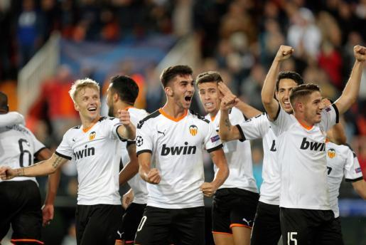Los jugadores del Valencia CF, celebran el tercer gol de su equipo contra el Losc Lille, durante el partido correspondiente a la Liga de Campeones.
