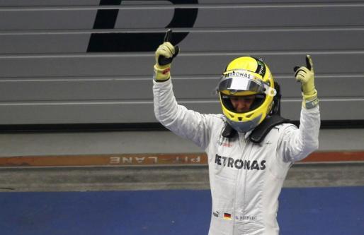 El piloto alemán del equipo Mercedes de Fórmula 1 Nico Rosberg celebra su victoria en el Gran Premio de China.