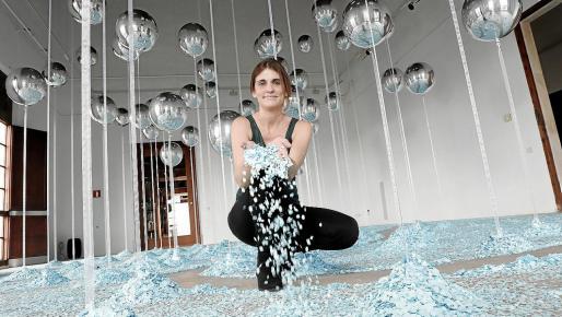 Irene Fernández tira confeti en la instalación de Createctura montada en el Col·legi d'Arquitectes.