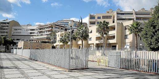 El cerramiento que critican los vecinos delimita la zona de ocupación autorizada, que incluye el edificio en el que estaba el bar Mosquito, propiedad de la Autoritat Portuària.
