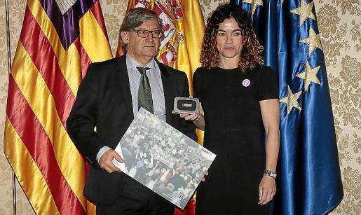 Rosario Sánchez entregó las cuentas a Vicenç Thomàs.