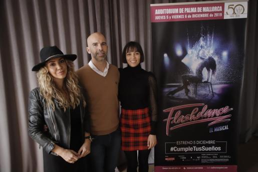 Las actrices Sandra Cervera y Amanda Digon junto con J. C. Storm.