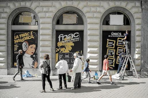 Las obras de la nueva sede de Fnac Palma están a punto de caramelo. Las estanterías ya llevan días colocadas y precisamente ayer se pegaron los carteles anunciando la irrupción de la firma francesa especializada en libros, música, películas y tecnología.