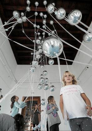 'Up. Paisatge lúdic' recrea su espacio con globos metalizados y confeti en el suelo para permitir un juego libre e inspirado en la luz de Mallorca.