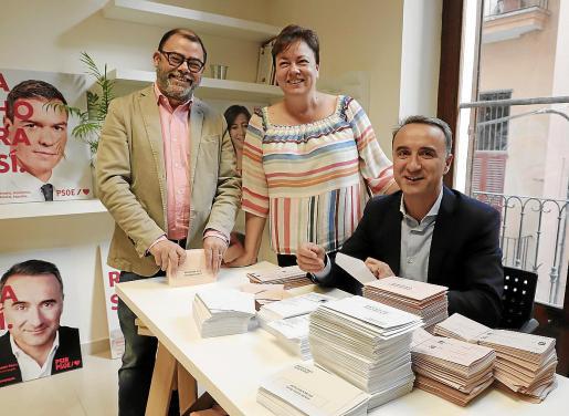 Los candidatos del PSOE al Congreso y al Senado ensobrando papeletas electorales.